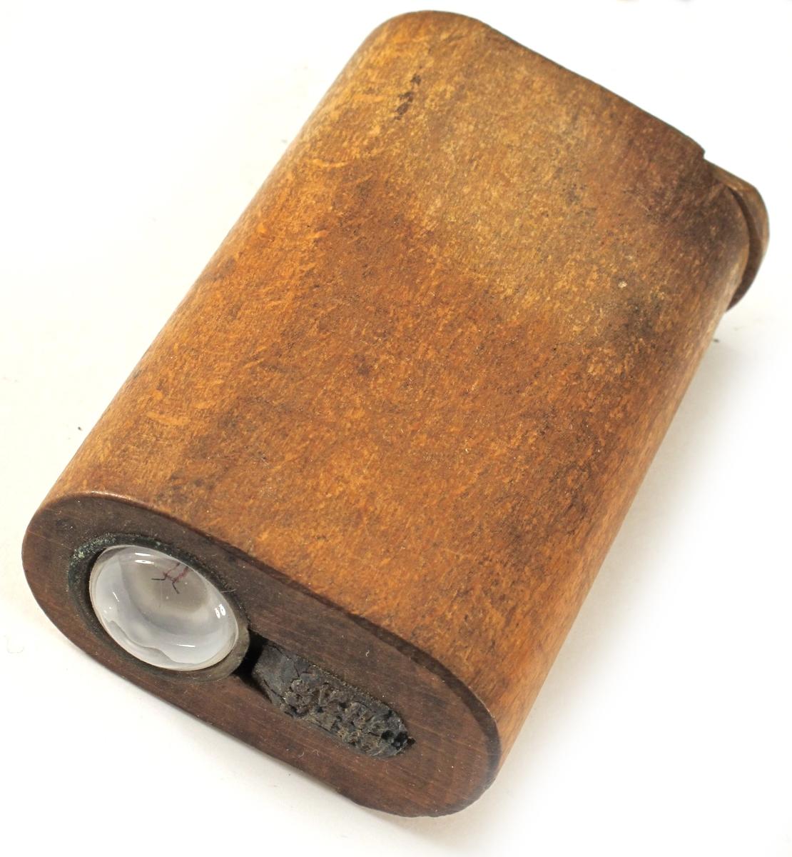 Lommelykt,   heimlaga.   Siste krig.    Bøk,   umalt.   Uthola sylinderforma ovalt stykke   med lyspære montert i ene enden. I   andre enden skyvbart lokk for innsetting av batteri.  Tilstand april 1982: Bra. Batteri mangler.