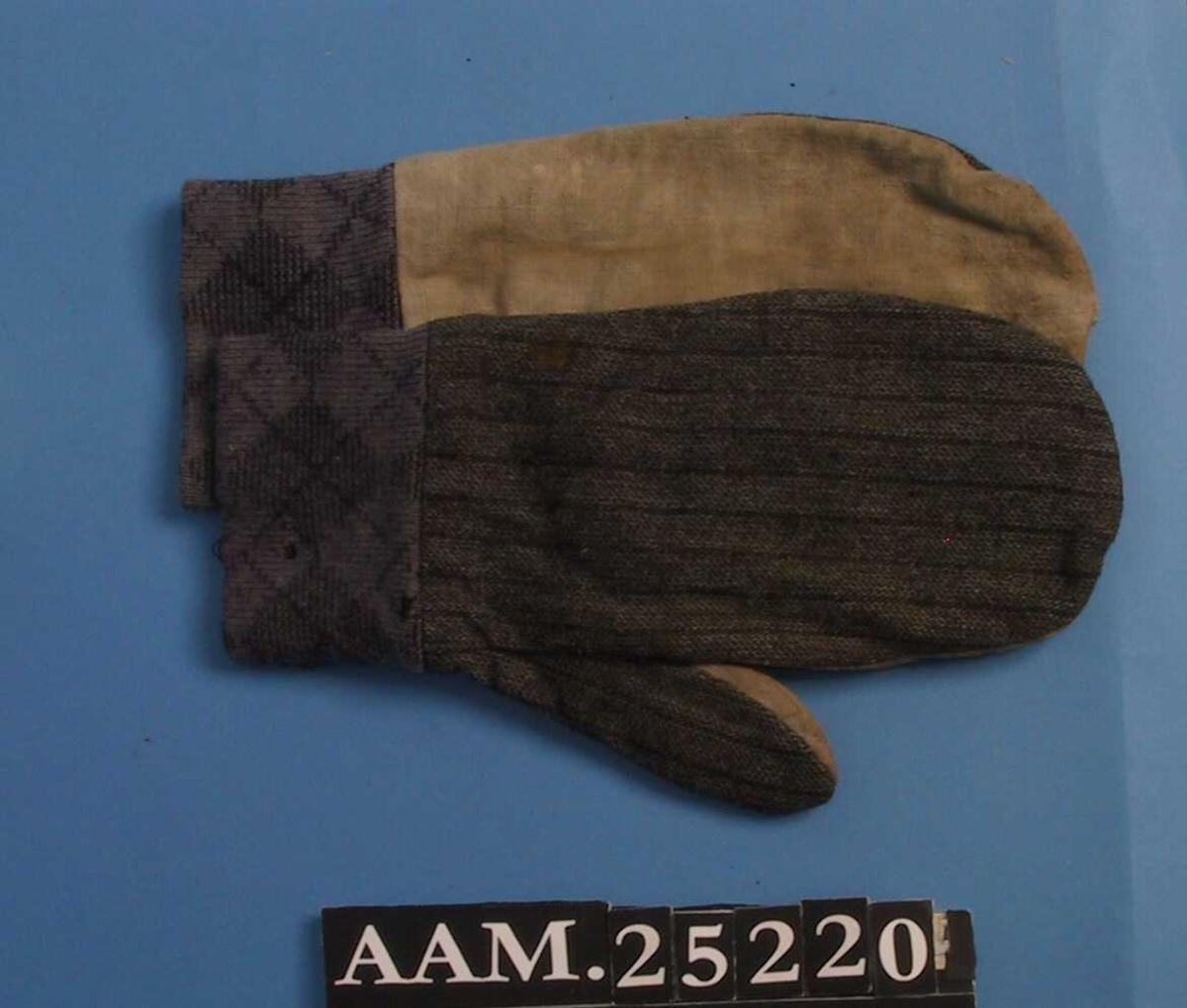 Votter, et par, sydd sammen av tre ulike typer gamle tøyrester. Håndflaten er fra en melsekk i lerretsbinding, baksiden er av sort og gråstripet (ull?) stoff, mens håndleddet er av maskinstrikket stoff m.rute- og stripemønster, trolig en genser. Sydd under 2.verdenskrig da det var umulig å få tak i materialer, f.eks. ullgarn til å strikke votte.