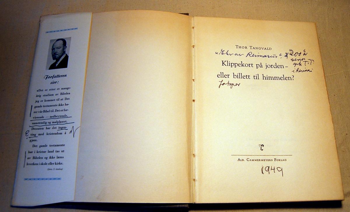 På bokens forside motiv med landskap med kirke og en høy himmel med skyer som danner et spørsmålstegn