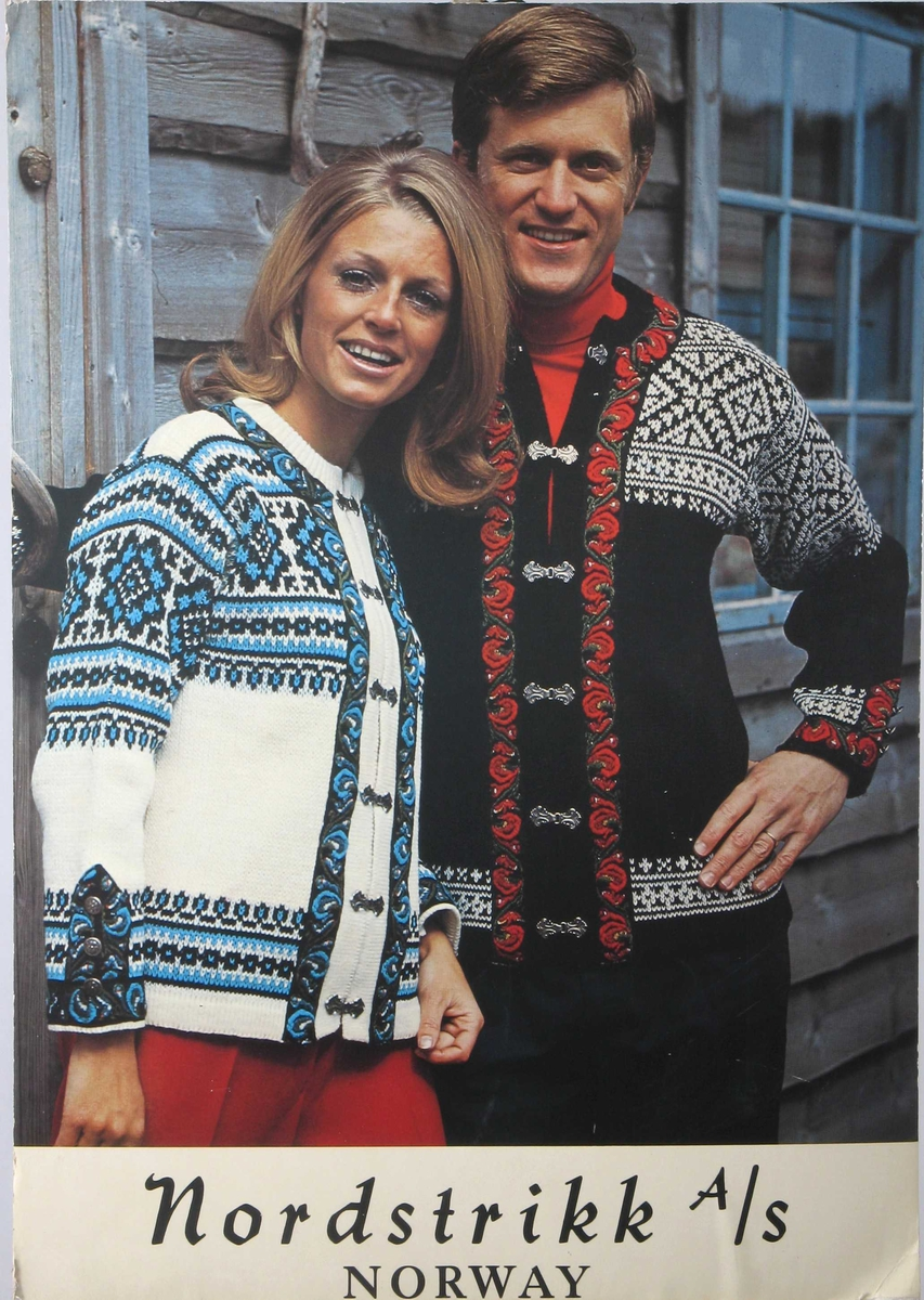 Dame og mann i strikkekofter m.broderte bånd.
