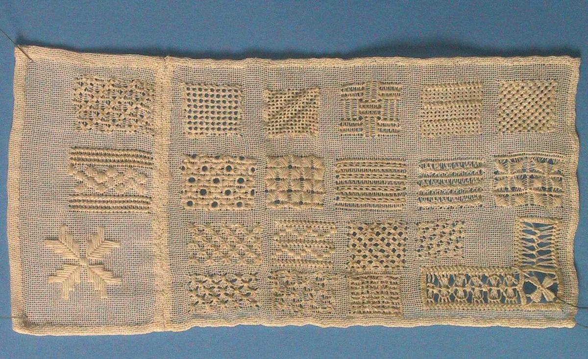 Rektangulært tøystykke med prøver av ulike typer hvitsømsting.