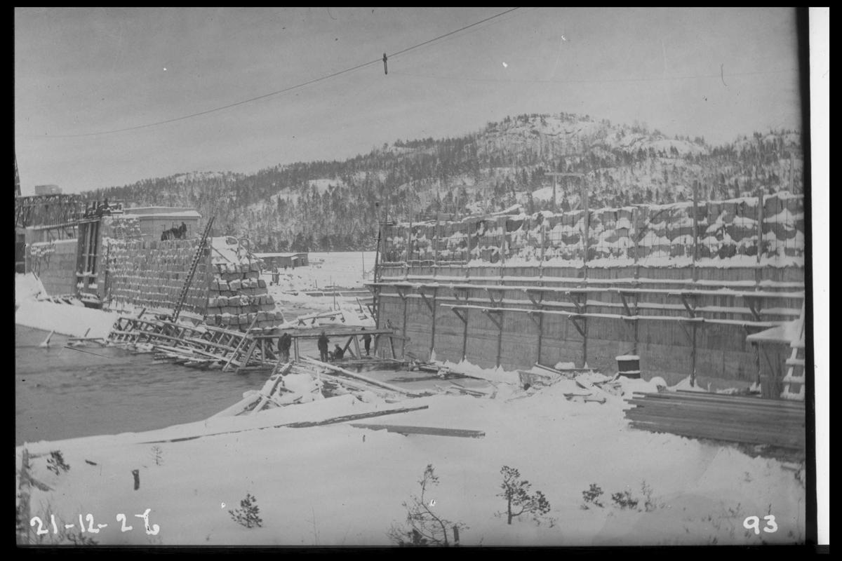 Arendal Fossekompani i begynnelsen av 1900-tallet CD merket 0468, Bilde: 59 Sted: Flaten Beskrivelse: Den siste åpningen i dammen