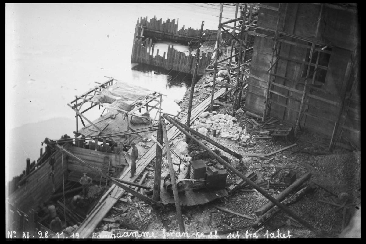 Arendal Fossekompani i begynnelsen av 1900-tallet CD merket 0469, Bilde: 39 Sted: Bøylefoss Beskrivelse: Fangdam forran kraftstasjonen. Sett fra taket