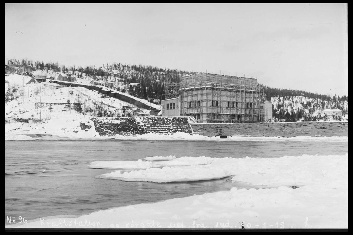 Arendal Fossekompani i begynnelsen av 1900-tallet CD merket 0470, Bilde: 21 Sted: Bøylefoss Beskrivelse: Kraftstasjonsbygningen sett fra Ospetangen