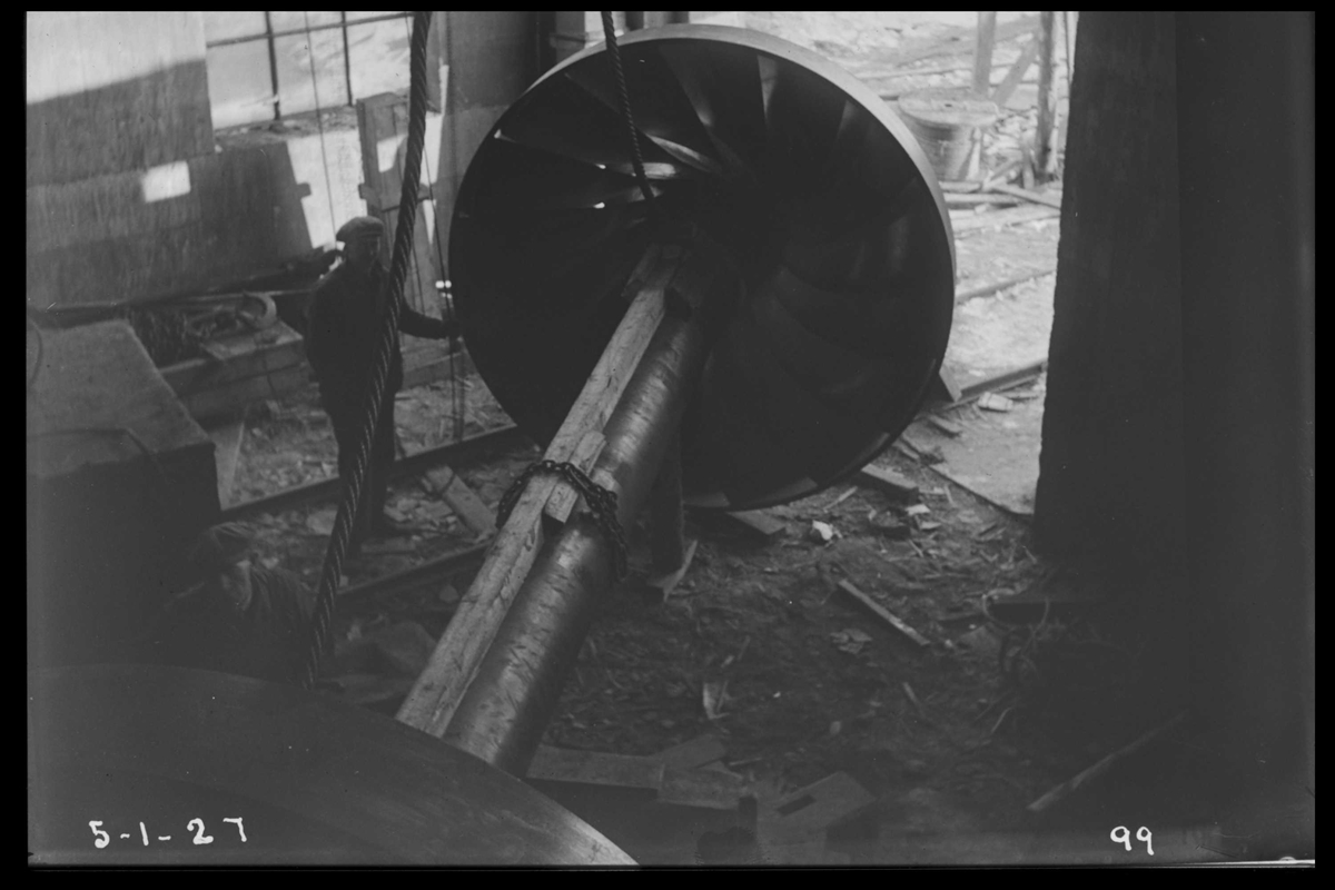 Arendal Fossekompani i begynnelsen av 1900-tallet CD merket 0470, Bilde: 72 Sted: Flaten Beskrivelse: Turbinaksel med løpehjul