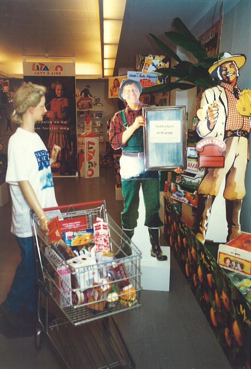 """Utstillingen """"Sjokkselgere og melkepapp"""" 1996 - 97.  Sjokkselger med figur gartneren dukke med trillevogn."""