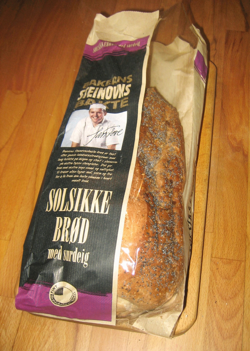 Forsiden: Et fotografi av en baker i bakerklær. Over fotografiet er skrevet en underskrift: Jan Tore.