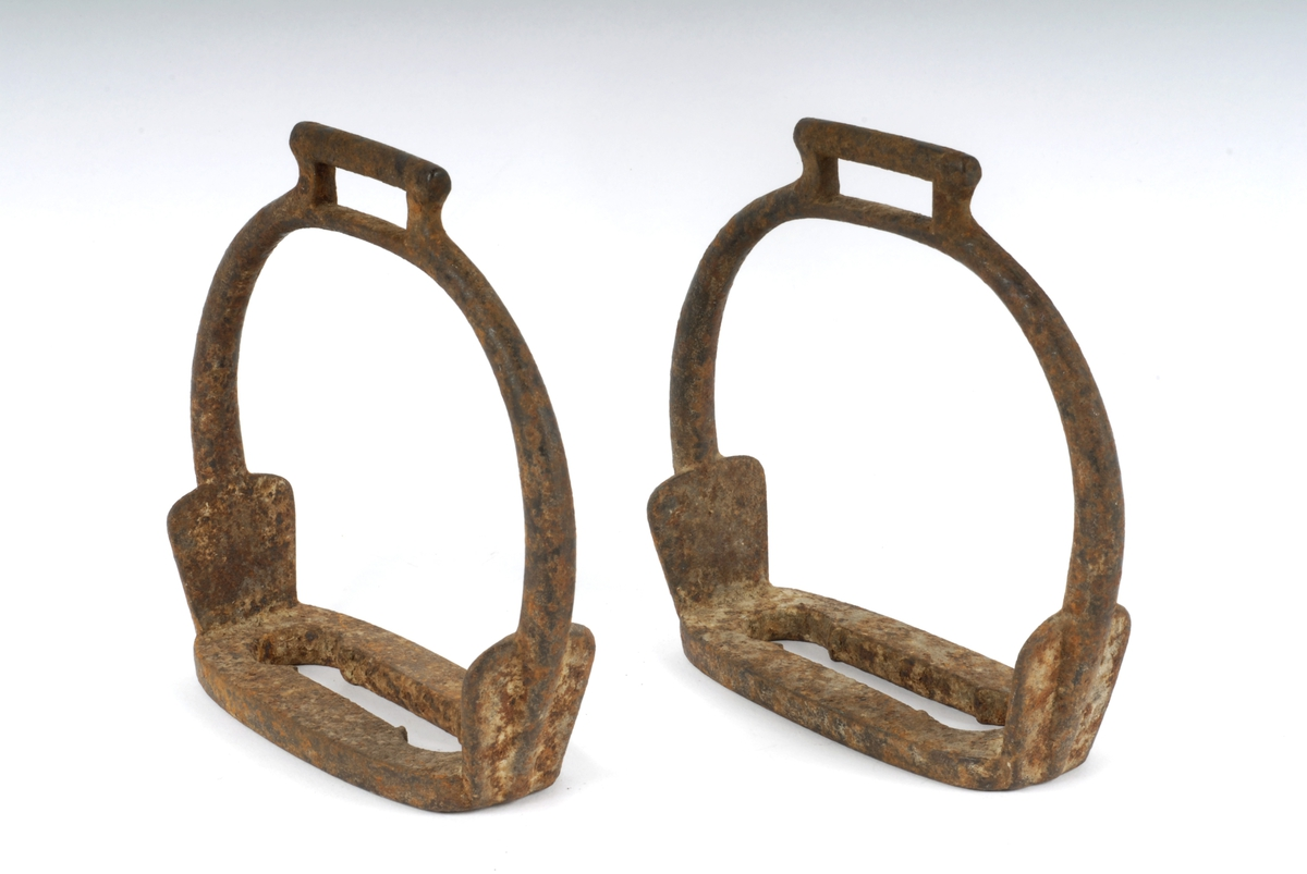 Stigbøyle av jern. Brukes til hestesal. Henges på hver side for rytterens fotstøtte.