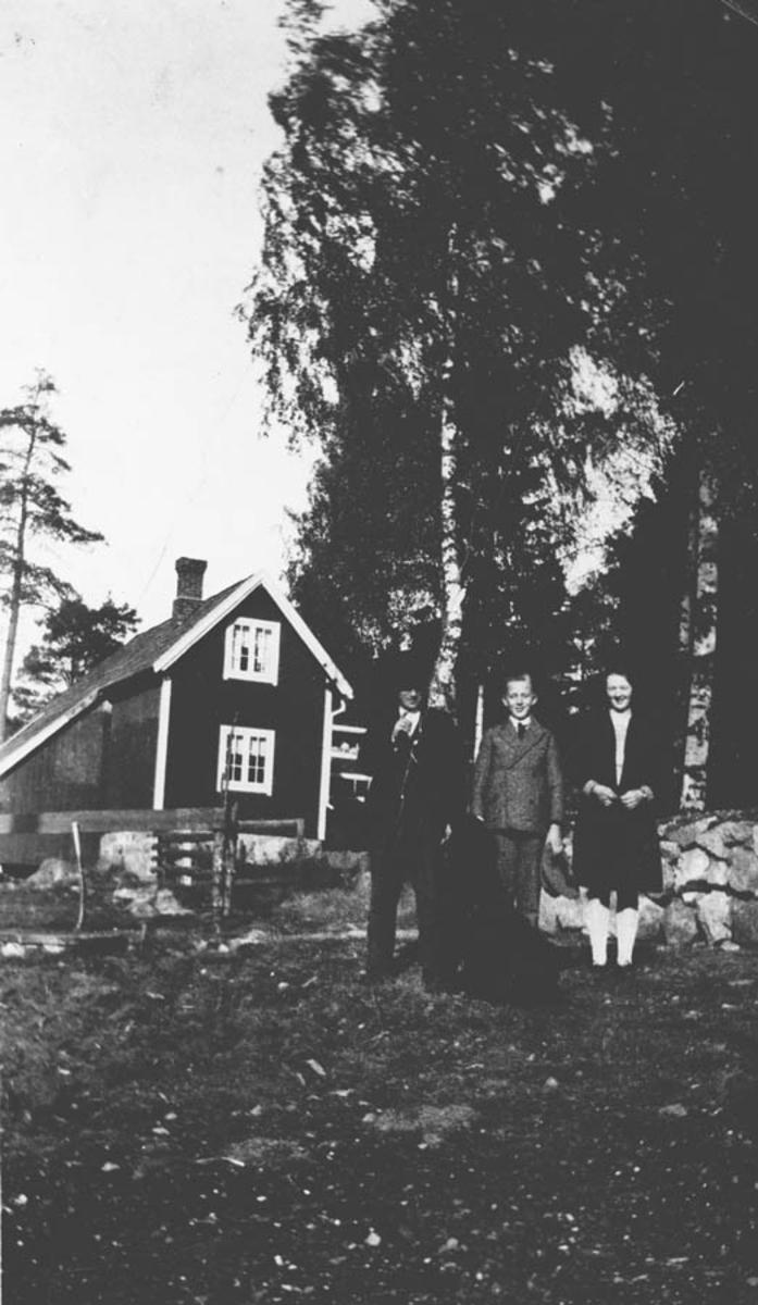 Olaf og Svend Taugbøl samt Alvilde Spong. Uthuset hos Taugbøl.