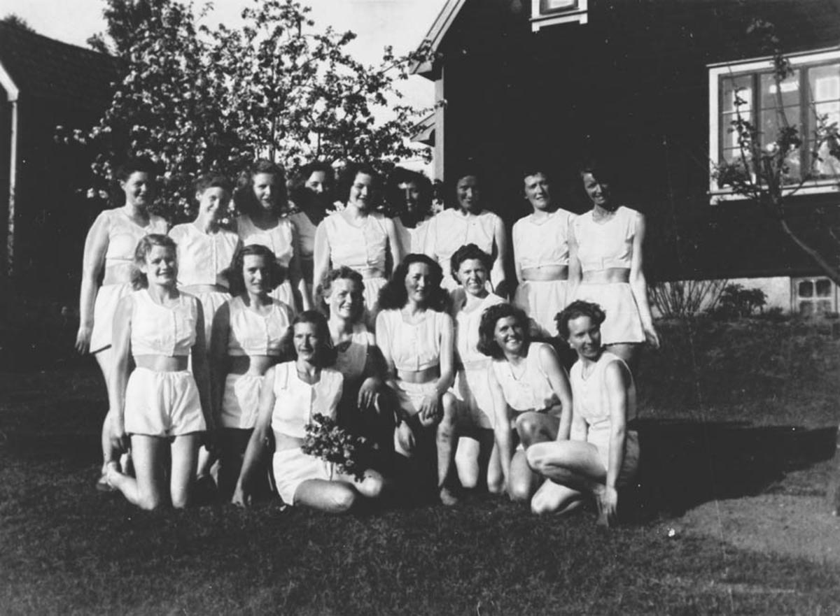 Haven til Marthe Enger. (huset før Skeidar mot underg.) Gruppebilde, turnjenter?