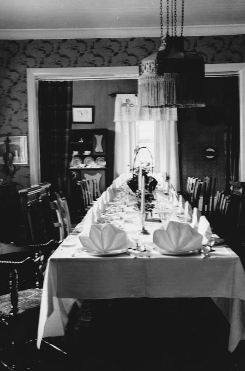 Interiør fra stua på Vardehaug med oppdekket spisebord.