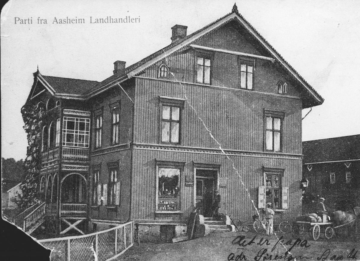 Aasheim Landhandleri. Baker Oscar Johansen foran huset.