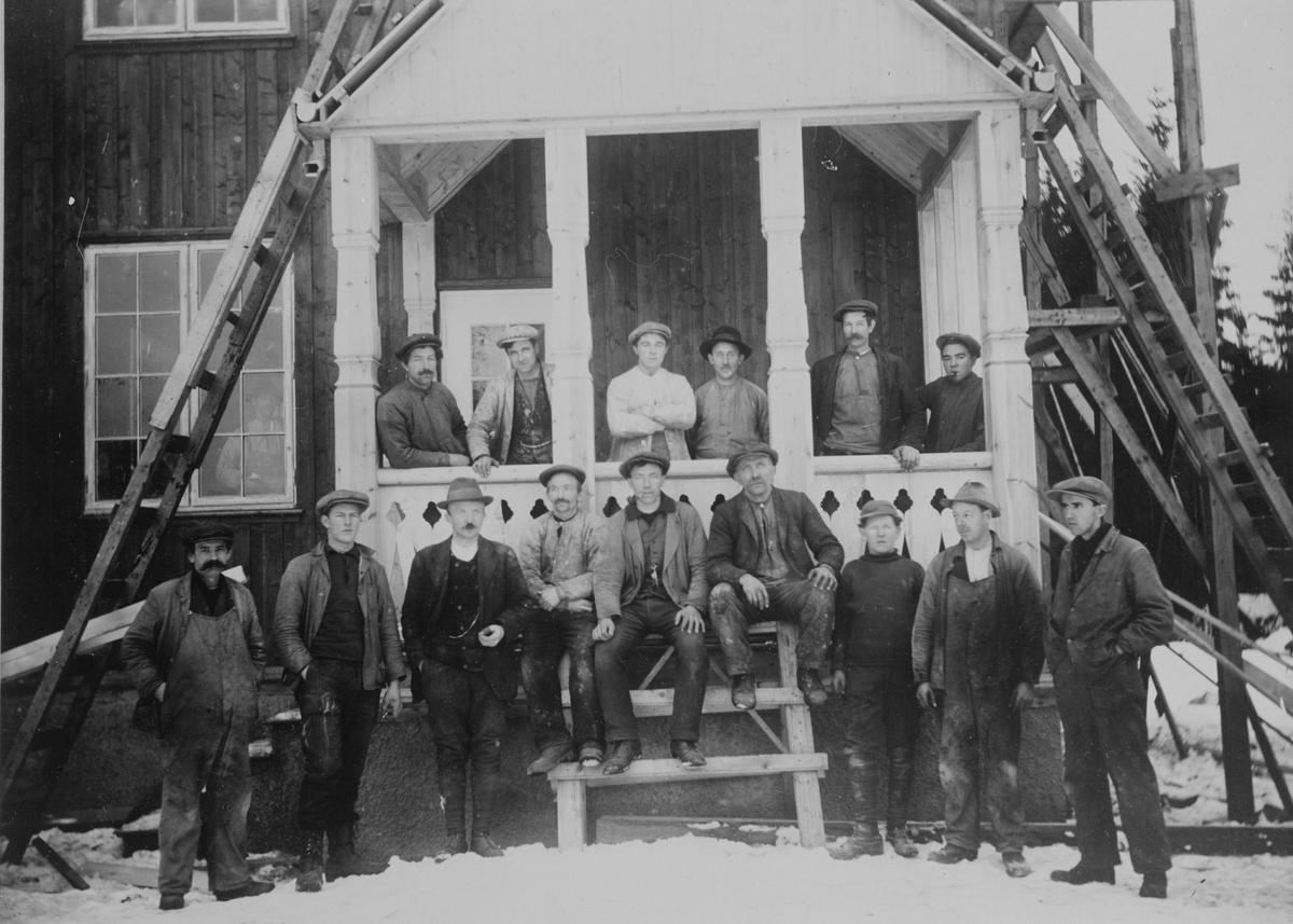 Arbeidere som bygget hus på hjørnet av Kajavn. og Skogvn. Det ble satt opp tre like hus  i disse årene på Kajavn, N.L.H.