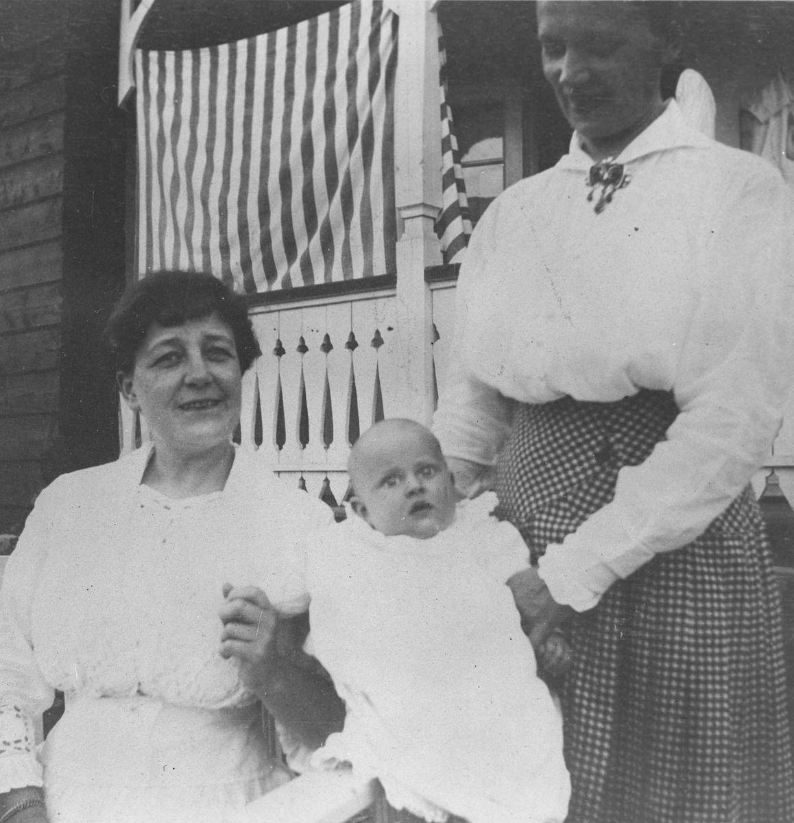Mor og tante med lite barn foran lanstedet på Nesodden