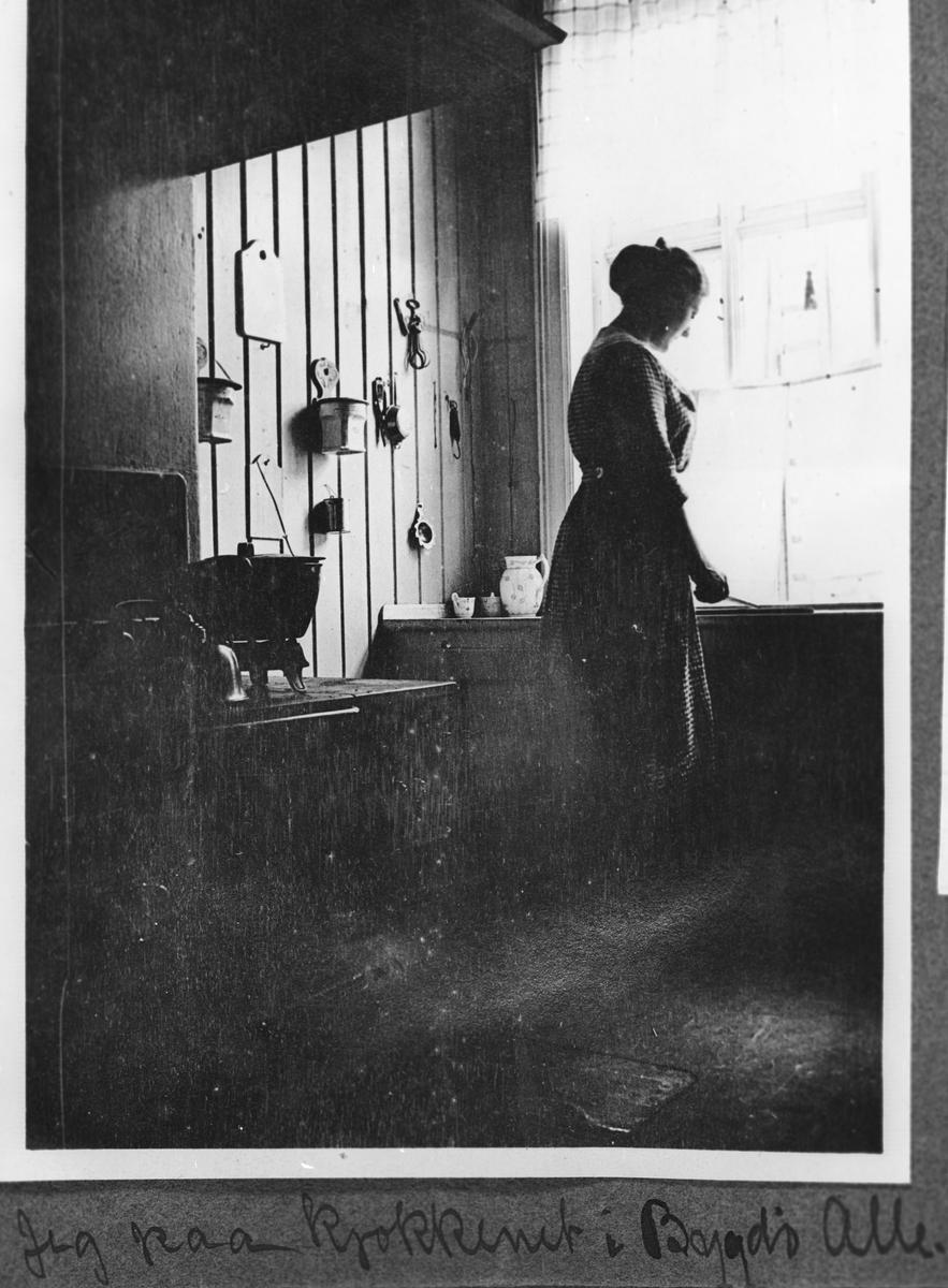 Ung kvinne på kjøkkenet i Bygdø Alle.