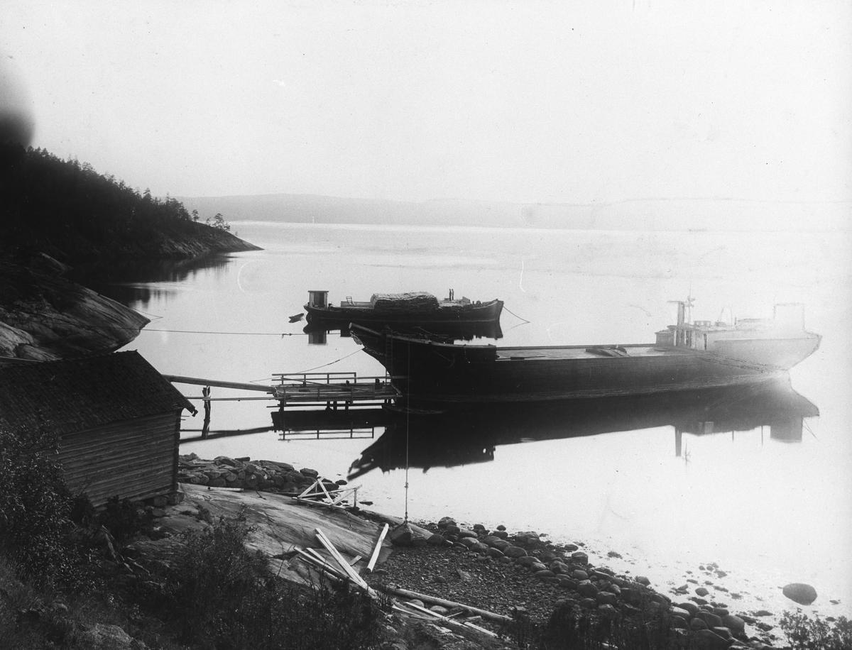 Fraktbåter utenfor elvemunning Gjersjøelva.