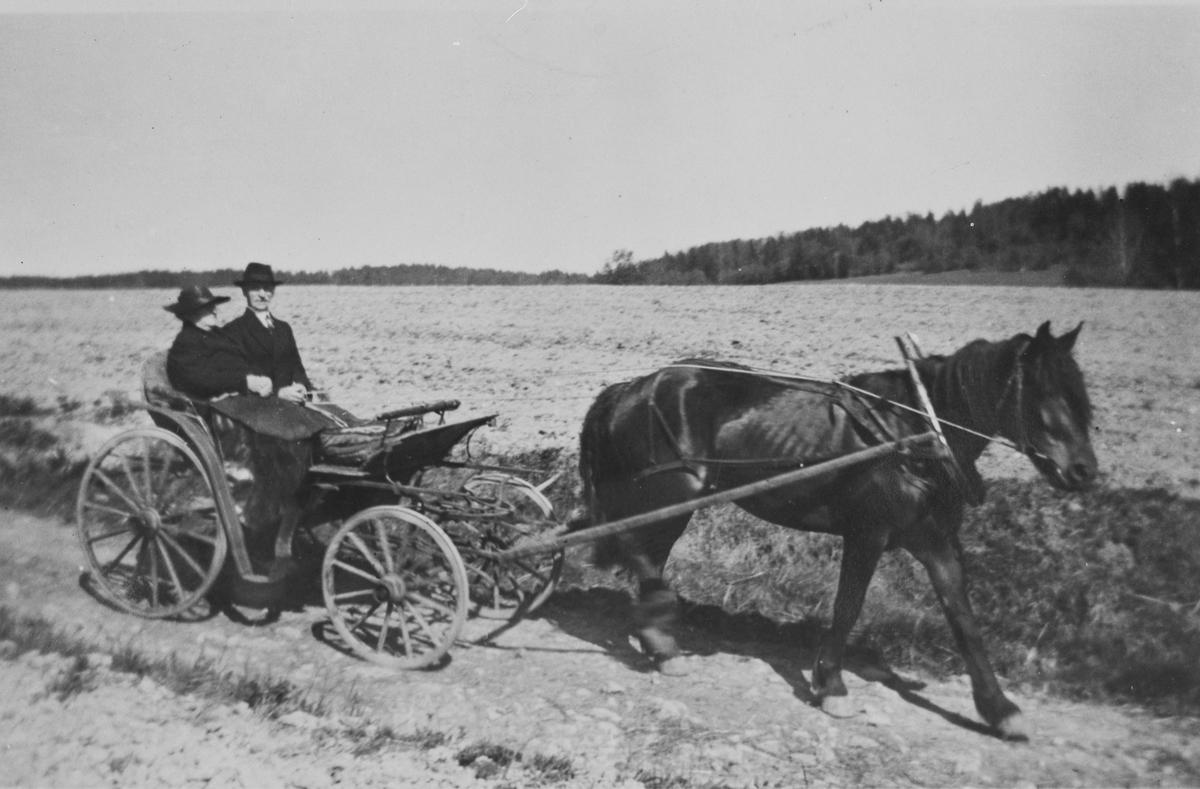 Ragnhild og Johan Weng på vei til kirken, 1930 - årene