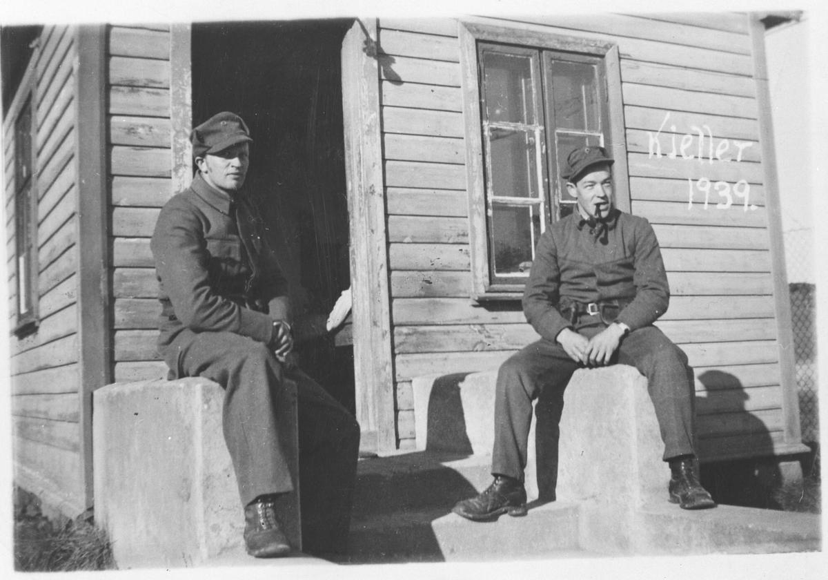 2 soldater på nøytralitetsvakt utenfor vaktbua (frivakt).