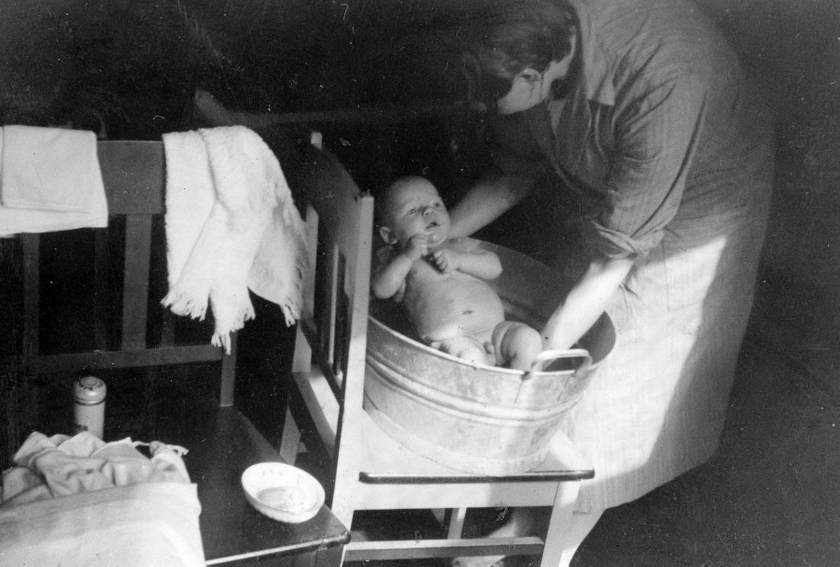 Babybading i sinkbalja.