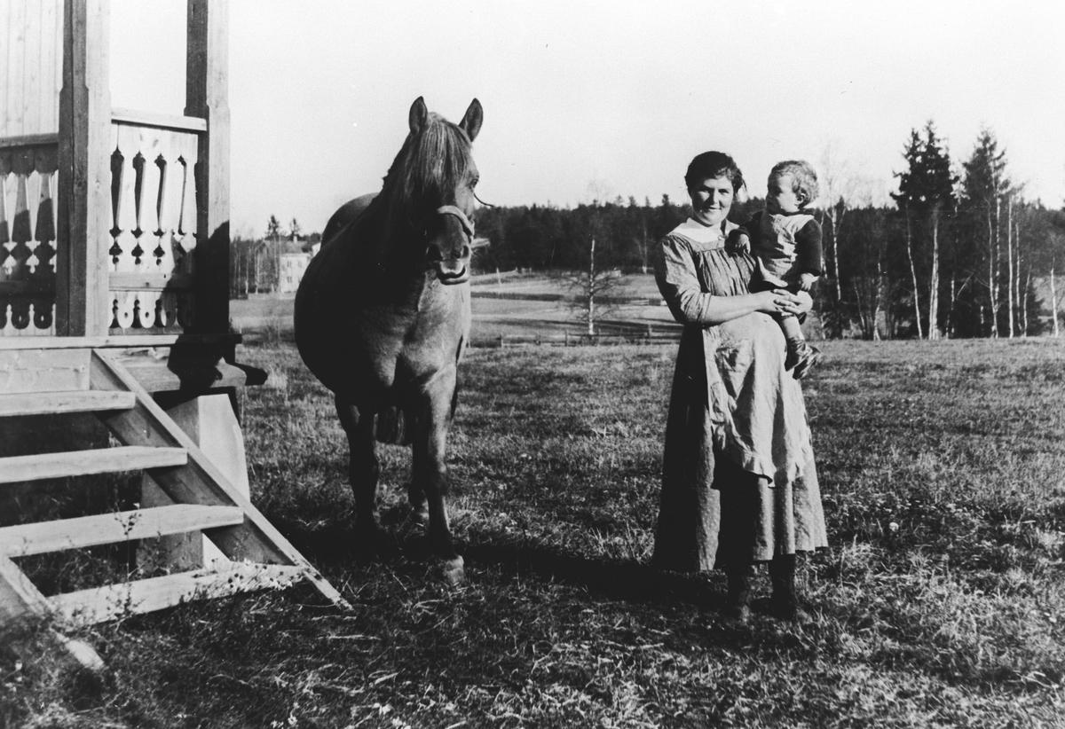 Mor, barn og hest.