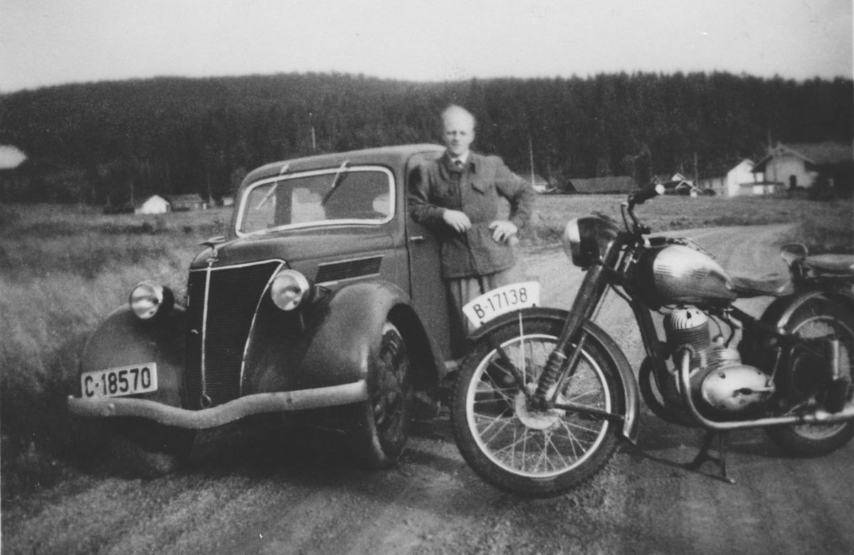 Ole Sjølie m/Ford Eifel og Jawa motorsykkel på hovedveien mot Maarud v/ferjeleie