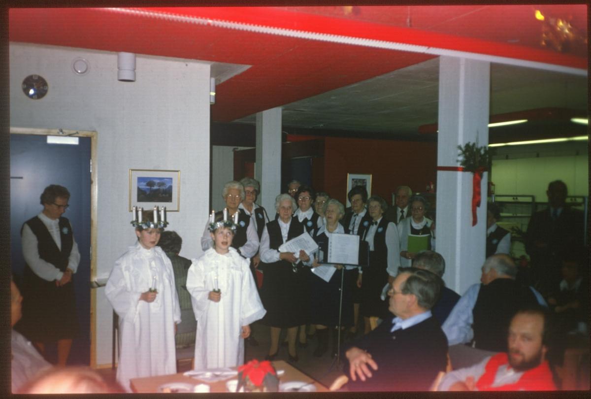 Lucia-opptog, og pansjonist-sangkor i kantinen. Thorbjørn Greni i front
