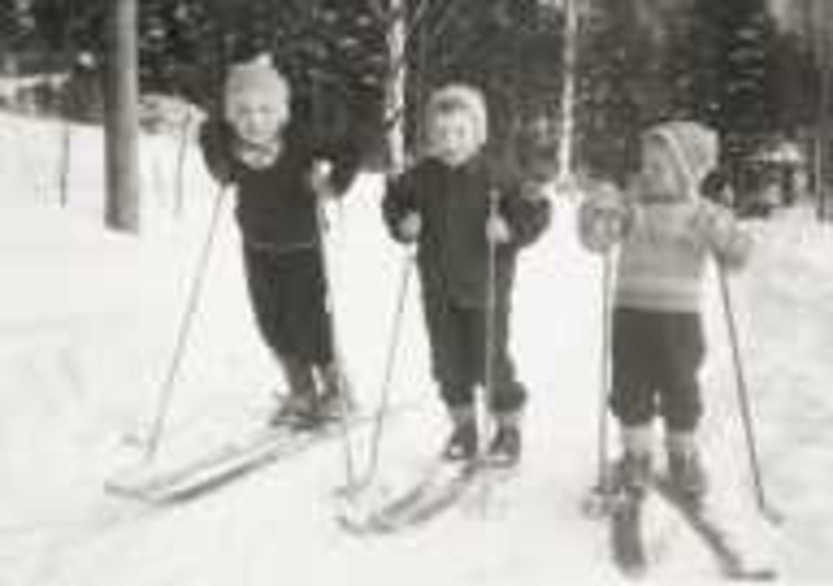 Tre barn på ski i 1965