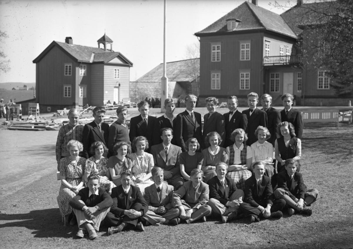 Ungdom utenfor Eidsvollbygningen.