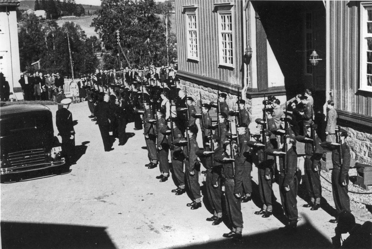 Kongelig besøk ved Eidsvollbygninge etter krigen.