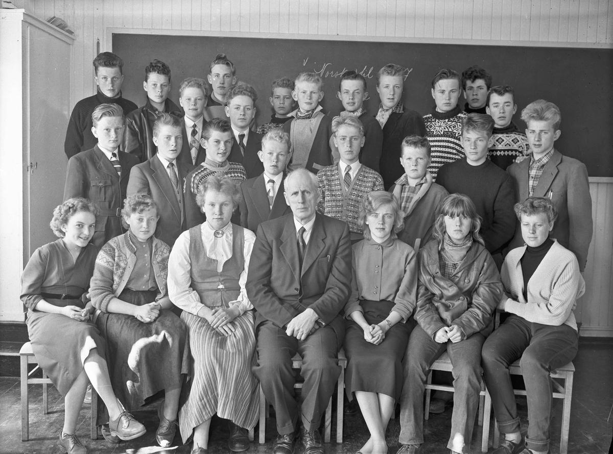Framhaldsskolen 1957. Lærer Otto Norheim foran.