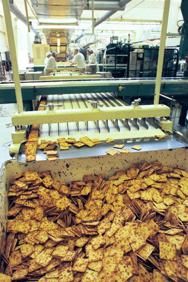 Cream Cracker, maskiner, fabrikkmiljø, arbeidere, kvinner. Kjeks går til vrak
