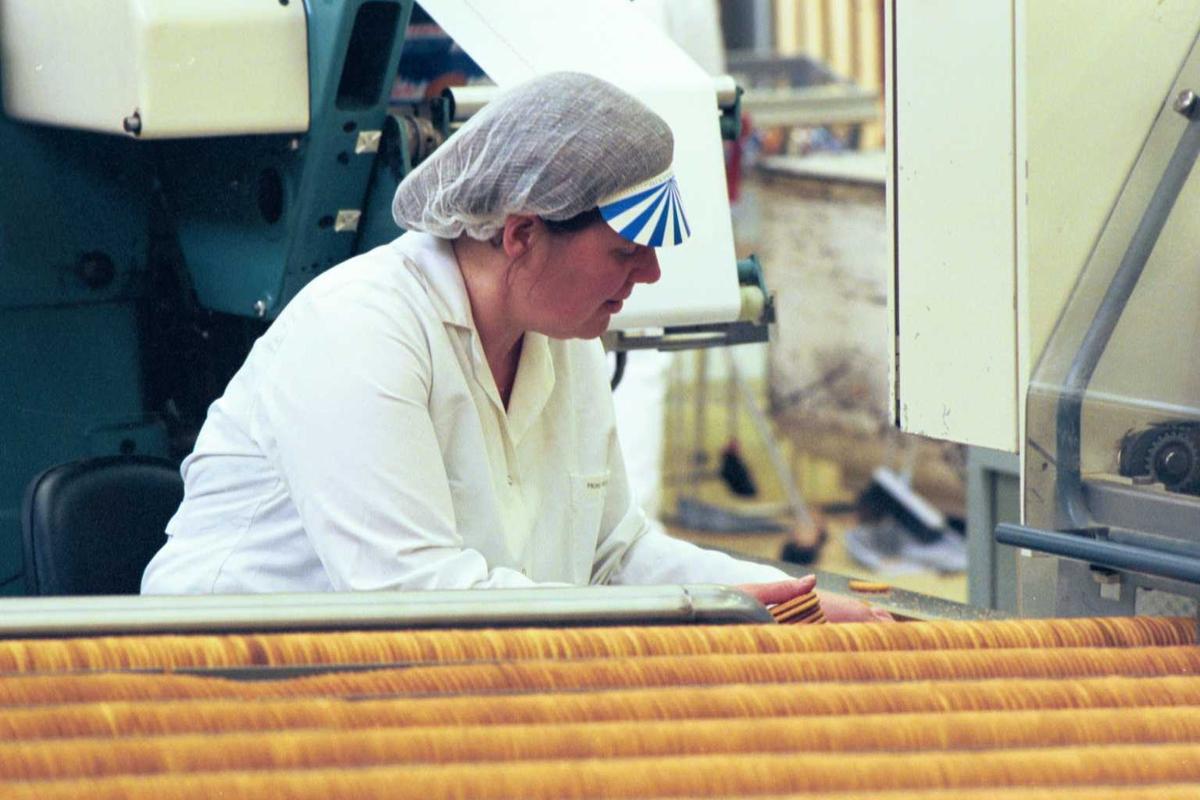 Gjendekjeks, maskiner, arbeider, kvinne, arbeidstøy, fabrikkmiljø, arbeidsmiljø