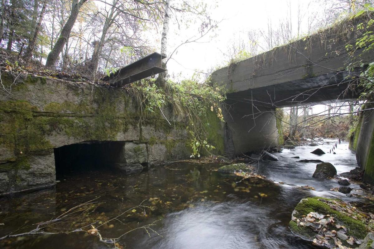 Aas gård, bro over Aasbekken, gammel vannutløp, mulige rester av gammel bro, fra nordvest.