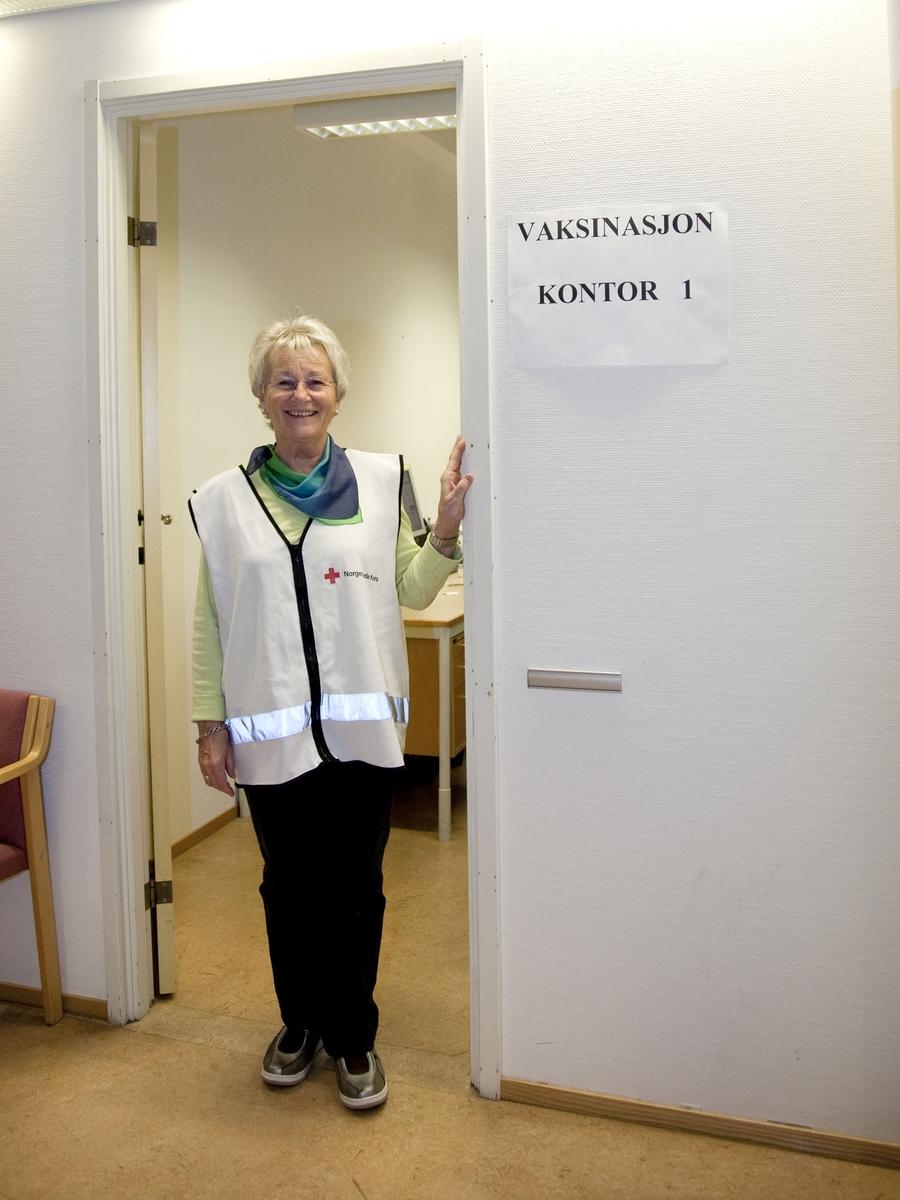 Svineinfluensa. Vaksinasjon mot svineinfluensa på Skedsmo Rådhus den 20.11.09. Vaksinasjonsområde. En frivillig fra Røde Kors hilser velkommen inn til en av vaksinasjonskontorene.