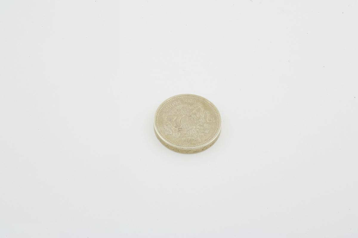 Vesker. Innhold i dameveske 2 - Mynt. Studiobilde i forbindelse med samtidsdokumentasjonsprosjekt - Veskeprosjektet 2006