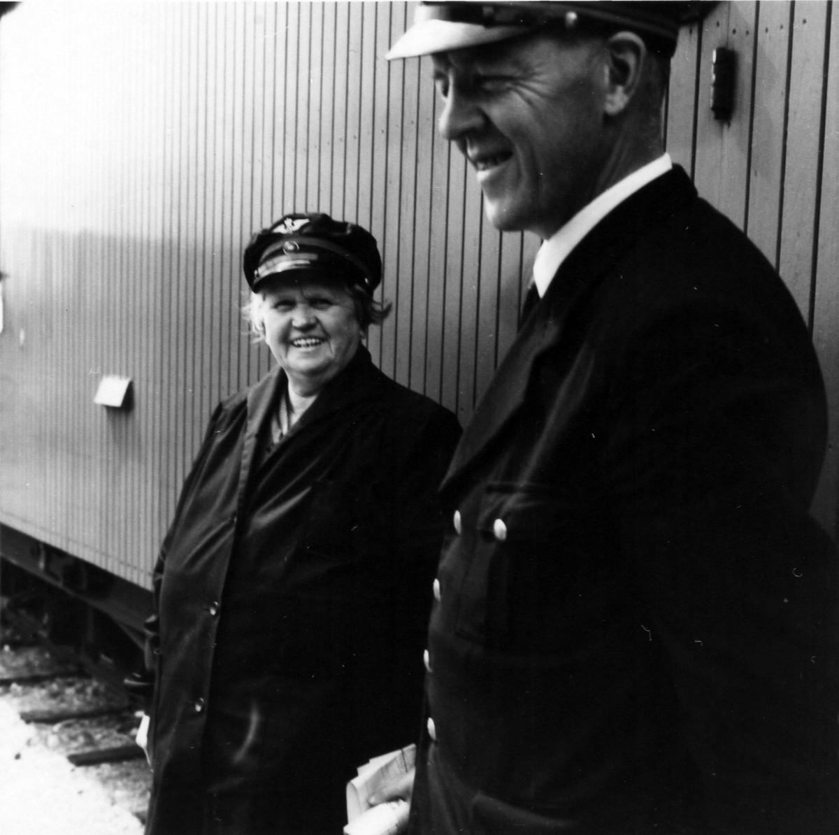 Stasjonsmester og overkonduktør utveksler meldinger under oppholdet på Hornåseng stasjon.