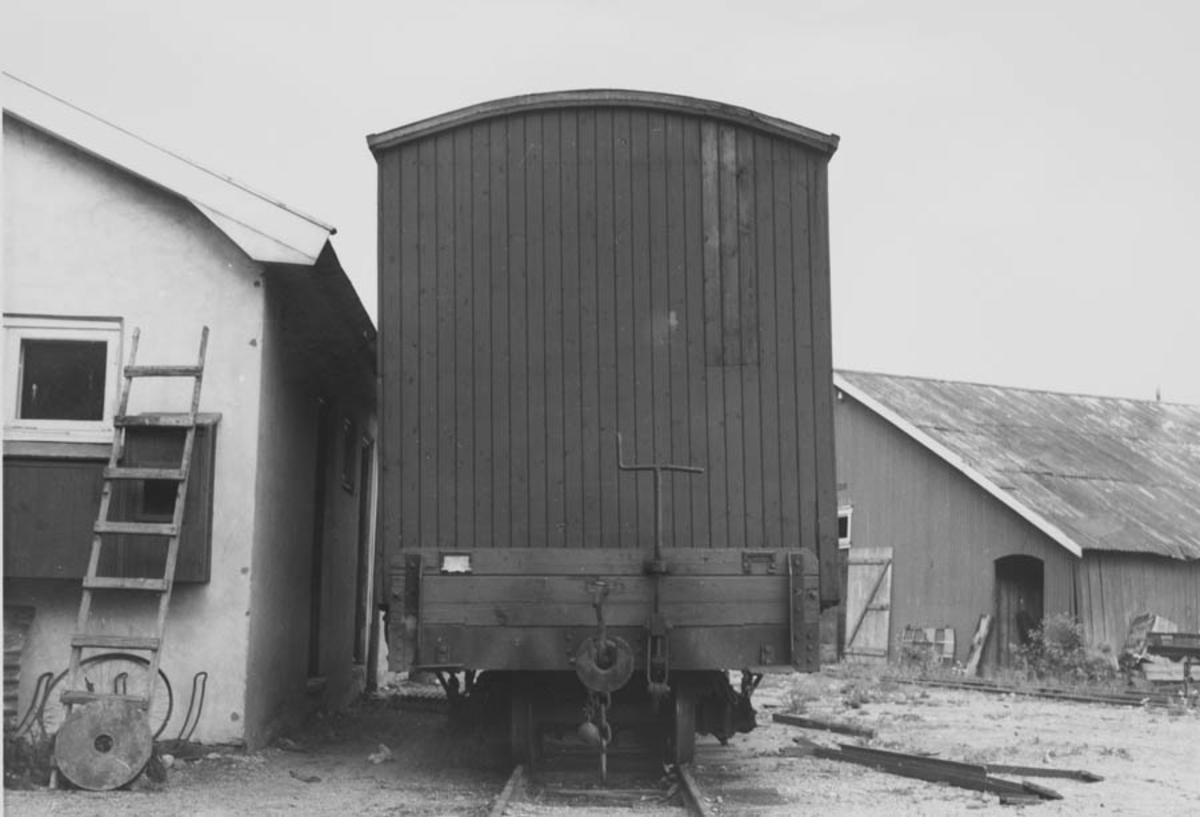 Flatvogn med løftekasse ved verkstedet på Bjørkelangen
