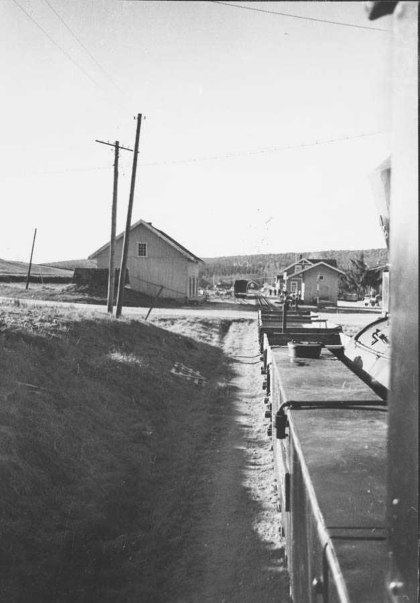 Underveis retning Skulerud. Fotografert fra fyrbøterplassen. Lokomotivet skyver grusvogner som har vært satt ut på linjen.