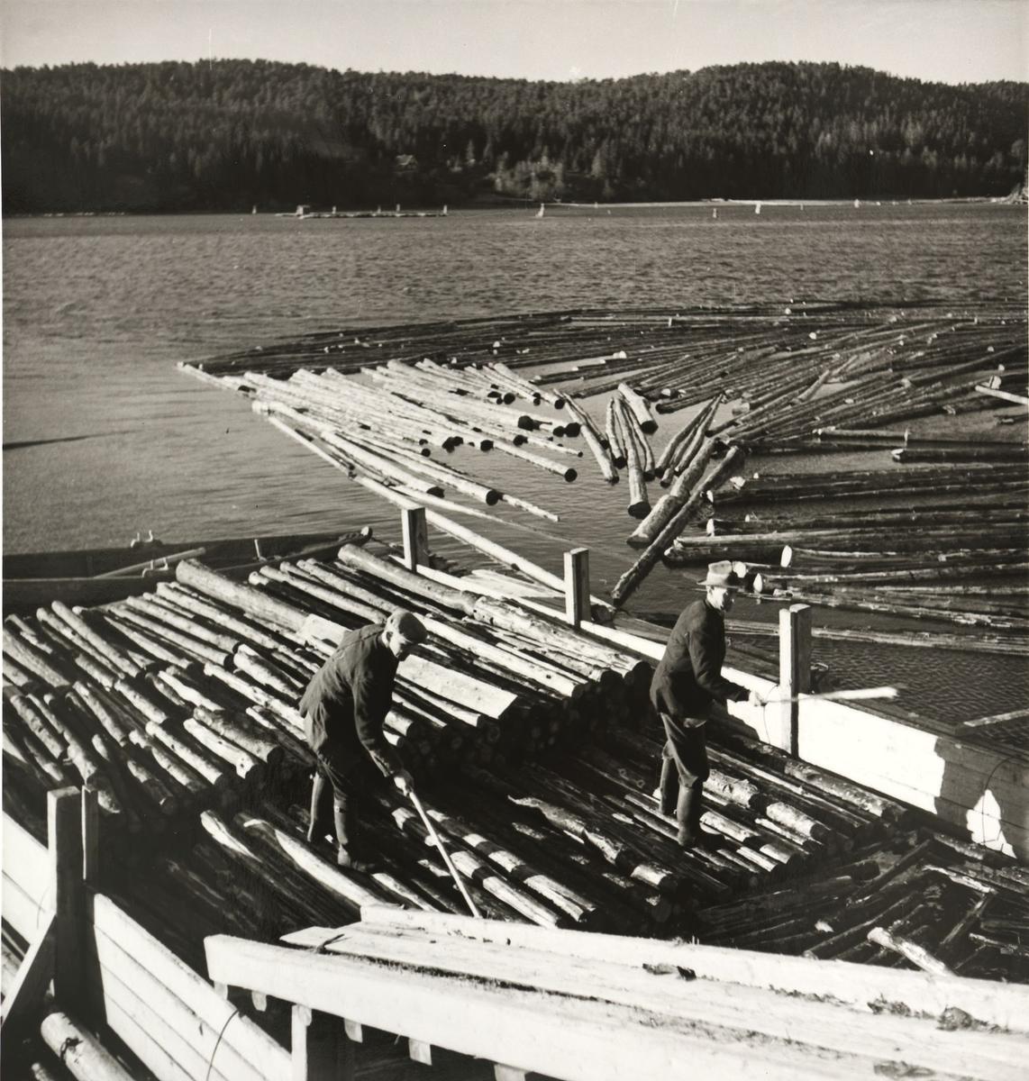 Bunting av tømmer for fløting ved Skulerud brygge.