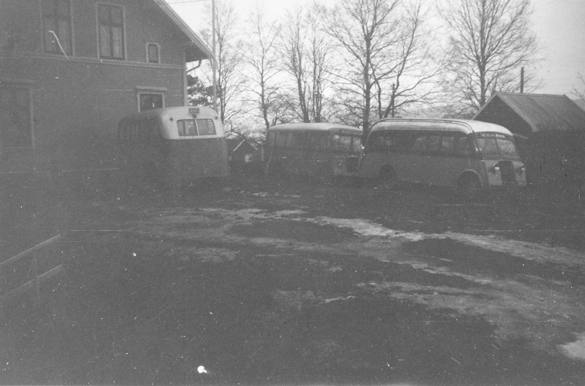Busser utenfor driftsbestyrerboligen Bergan på Bjørkelangen. Bussene tilhører Urskog-Hølandsbanen.