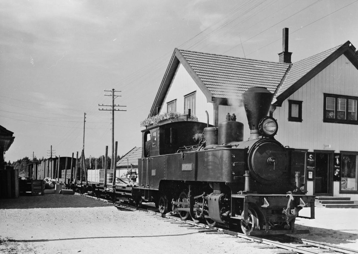 Damplokomotiv type XXIXa nr. 6 HØLAND med blandet tog retning Skulerud på Finstadbru stasjon