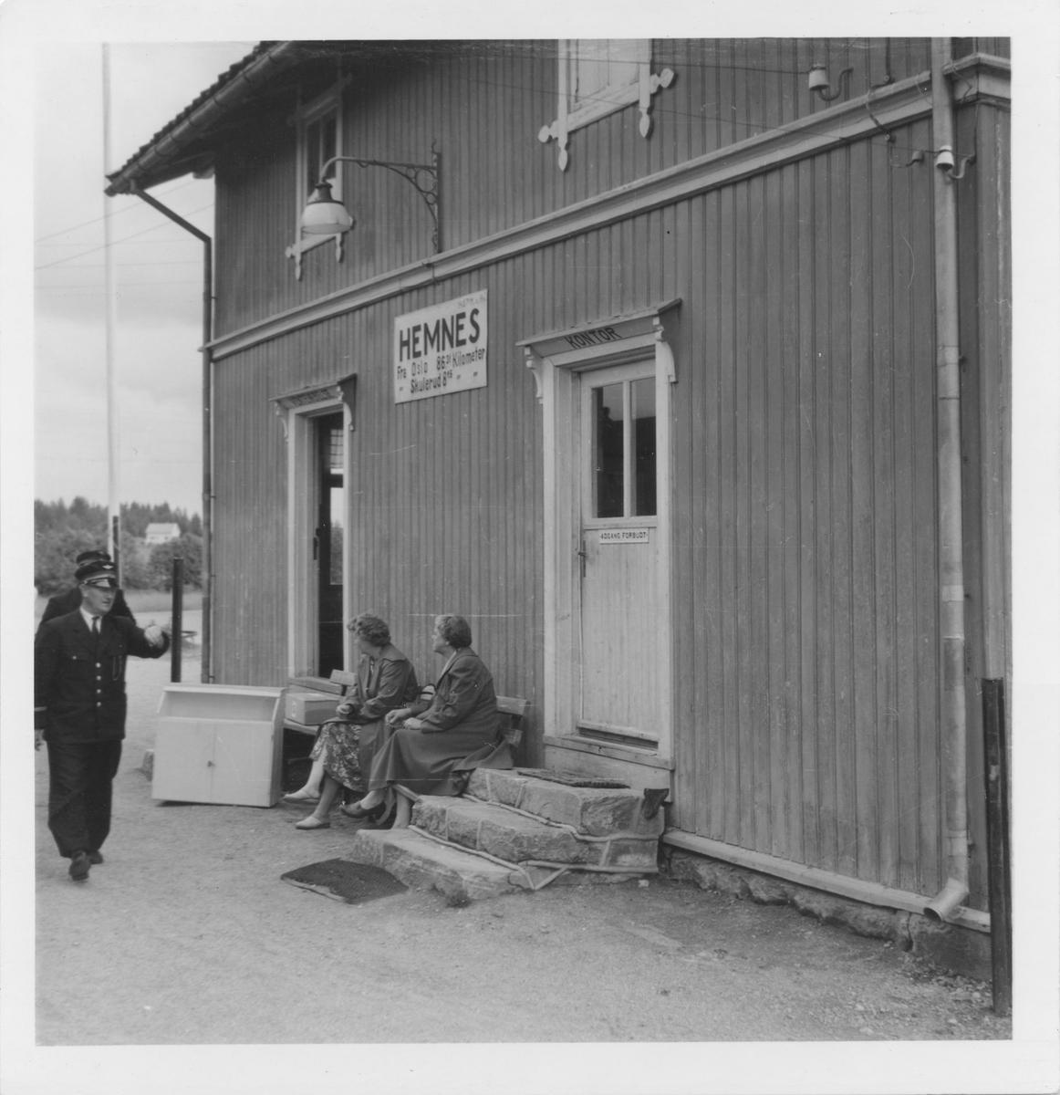 Overkonduktør Rolf Ødegård på Hemnes stasjon.