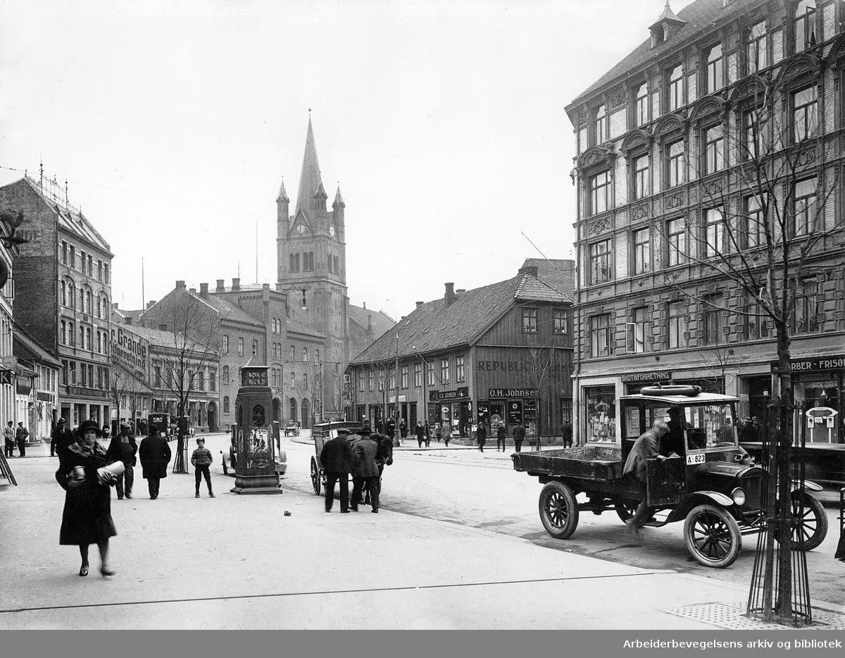 Grønlandsleiret med Grønland kirke, brannstasjon og til venstre Østre Arbeidersamfund, 1928.