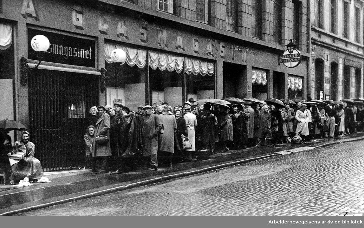 Kø foran inngangen til Glassmagasinet, .1943.