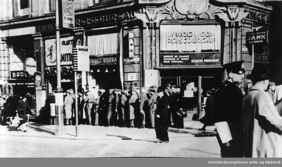 Tyske soldater i kø foran en tobakksforretning på Karl Johan,.1943