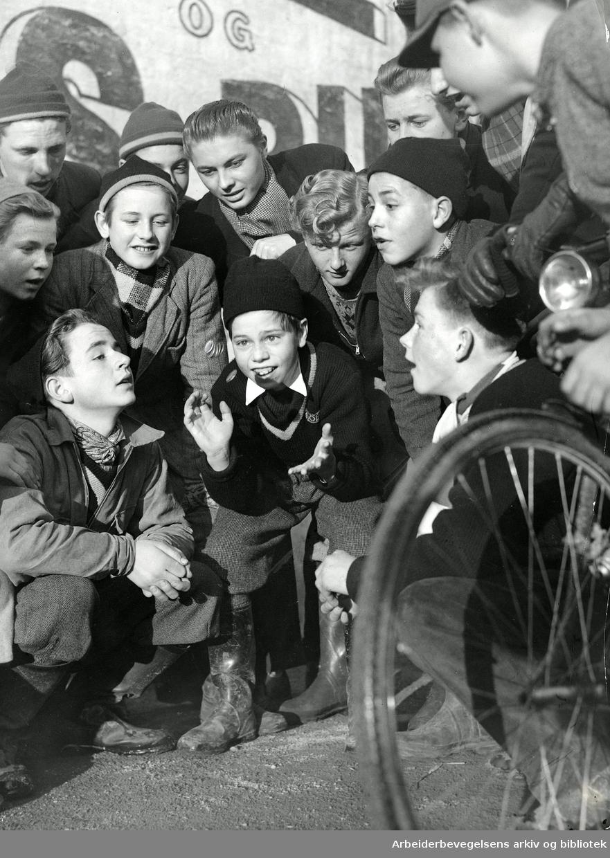 En gjeng gutter kaster på stikka,.ca. 1950.
