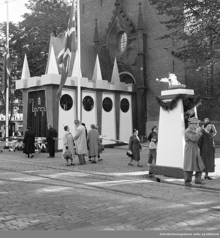 Kong Haakon VIIs gravferd. .Inngangen til Oslo Domkirke,.oktober 1957