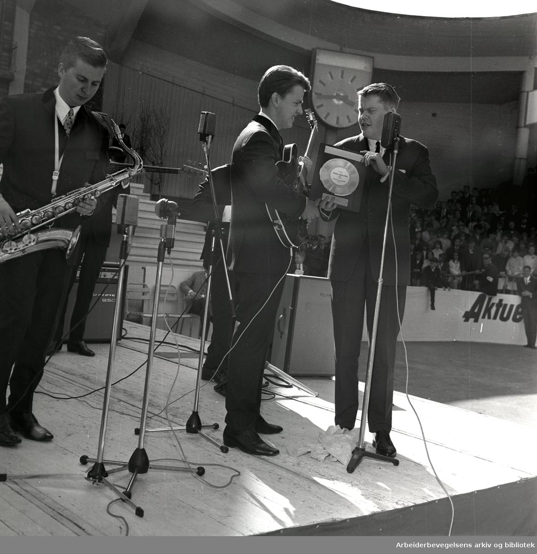 """1. mai 1965 i Oslo.Framfylkingens arrangement på Jordal Amfi..Sven-Ingvars mottar Arbeiderbladets Gullplate for singelen: """"Frøken Fräken"""" av Erik Heyerdahl"""