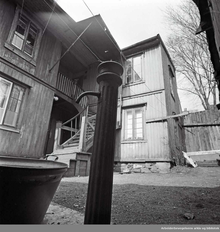 Bakgård med vannpost, Norderhovgata 17 på Kampen,.april 1975