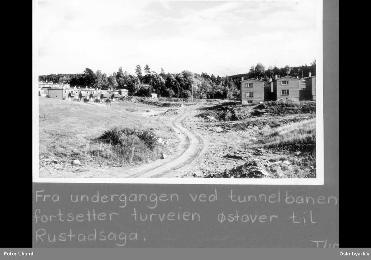"""Turvei gjennom boligområde. Rekkehus i Rustadgrenda (venstre) og Welding Olsens vei (høyre). Sannsynligvis midten av 1960-tallet. Albumtittel: """"Turvei"""""""